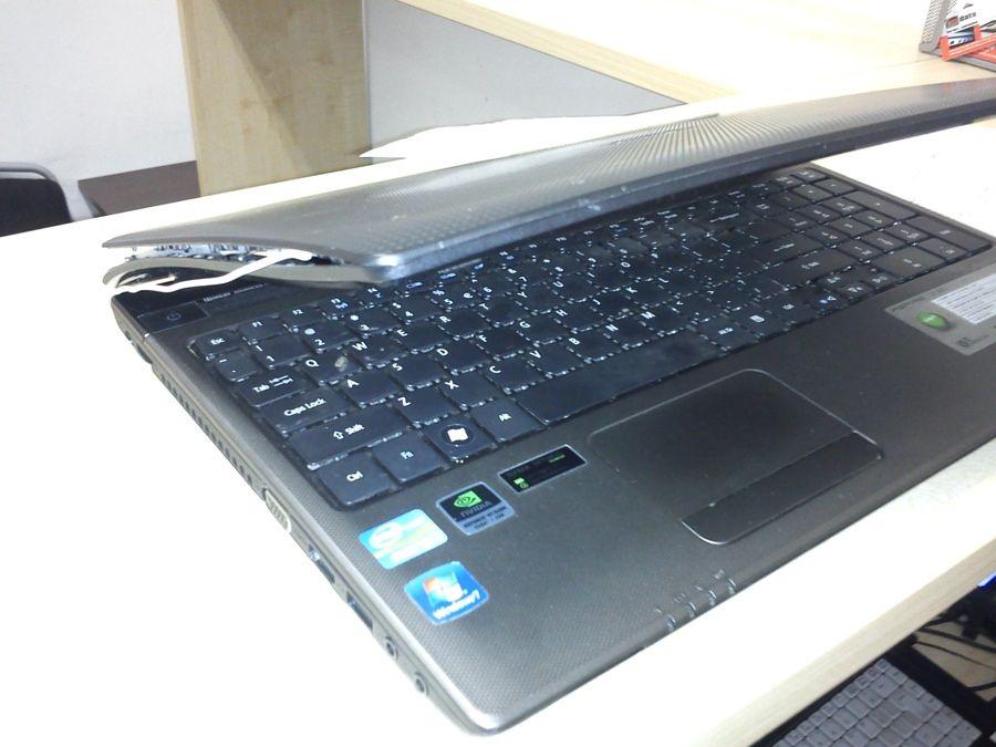 uszkodzona obudowa w laptopie